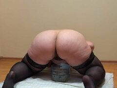Chica gorda con un coño peludo, meando en un tarro