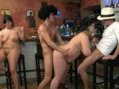 Tres tíos divertirse follando estos hotties grasa