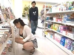 Caliente putita Asiatica Ayane Asakura se pone cachonda mientras se masturba en publico