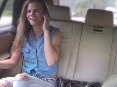 Caliente adolescente Sarah folló por detrás y concedió un creampie. Pequeña morena Sarah se rebota en el taxi después de una larga clase y ella se deshaga en su camino ella se aletea al conductor para participar en las relaciones sexuales En el asiento tr