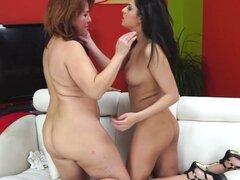 María madura y Coco chica jugando con sus coños calientes. María madura caliente y Coco chica jugando con sus coños