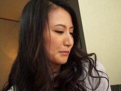 Chicas japonesas hermosas se masturbó un chico afortunado hasta que cums