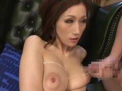 Julia - tetas grandes bukkake. porno japonesa julia estrella obtiene abundante eyaculación sobre sus tetas enormes.