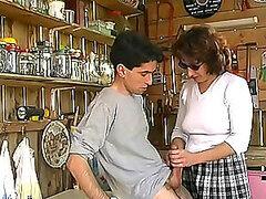 Mujer le da una mamada a un chico adolescente y obtiene más de un abuelo