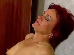 Abuela pelirroja toma Anal Pounding
