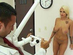 Rubia infartante de culo perfecto Lylith Lavey le encanta se follada duro por su doctor