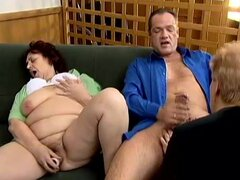 Abuelas gordas Tina y Gloria compartan un weiner en el interior