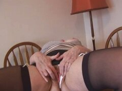Sexy granny peluda en minifalda