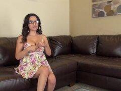 Sus bragas de encaje salen para que ella pueda usar su vibrador - Linda Lay