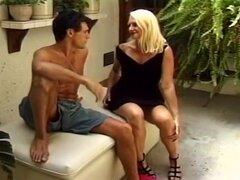 Dos chicos quemado por su Sexy vecina, este video de sexo rubia comienza con hermosa nena porno Kathy Jones chupando dick de buen semental buscando Damien Michaels. Damien es sentados en un banco en el patio trasero cuando se acercó su vecino sensual, que