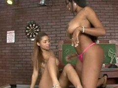 Amigas lesbianas negras cachondas juegan con vibrador grande