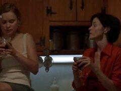 Radha Mitchell besos Ally Sheedy. Radha Mitchell besos Ally Sheedy