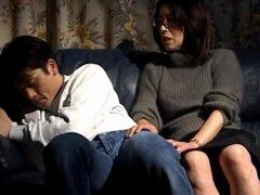 Esposa japonesa Makiko Miyashita es follada en posición de misionero