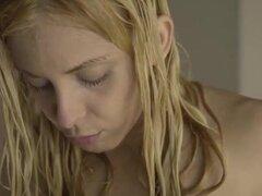 Joven pareja romántica en la ducha. Agua y vidrio. Un pequeño bailarín está en la ducha. Me acerco a ella. Golpeé el cristal y ella me mira. Me meto en la ducha y ella me envuelve en su abrazo. Nunca se cansa de mi sexo. Ella me acaricia. Sólo se oye el s