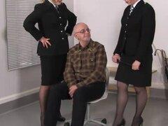 Policía de Femdom castigo inútil pervertido sub. Policía de Femdom castigo inútil pervertido sub con slappers cuero