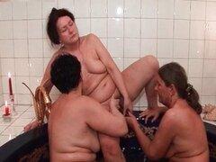 Abuelas lesbianas en el jacuzzi