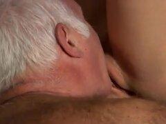 Dos viejos follan joven blondie hermosa Tina está muy ocupada en la