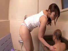 Ayu Sakurai toma baño para su suegro viejo. Ayu Sakurai toma baño para su suegro viejo