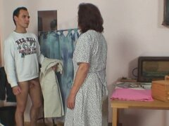 Él golpea a costura abuelita de 70 años