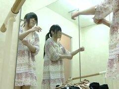 Adolescente realiza el show real desnudo en cam spy vestidor