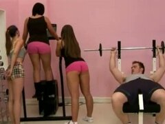 cfnm en el gimnasio con tres chicas