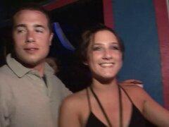 Chicas con minifaldas enredarse en cam de voyeur en un club