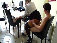 Puta de oficina madura super cachonda es follada en una silla por una polla de chico de universidad