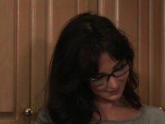 Diana Prince en fraternidad casa madres, fraternidad casa mamá coge a un chico robando bragas. Ella le hace follar para compensarlo.
