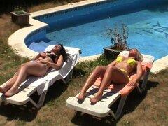 Babes de bronceado en bikinis ir dentro de un fuck cuarteto - Carol Ferrer, Laurita Peralta, Moisex, Nick Moreno