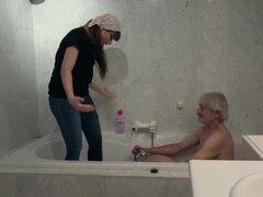 Anciana de limpieza joven es follada por abuelo arrugado y traga cum