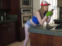 Dolly Leigh chupa Richies Pokemon pikachu polla. Richie alimenta su polla de Pokemon a Dolly Leigh como ella chupar en el fondo de su garganta ella chupó su enorme polla hasta que se hizo más difícil que un caramelo raro Dolly traga Richies Pikachu polla
