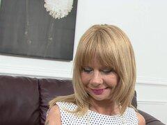 Video de AuntJudys: Cathy Oakley, Cathy Oakley aparece en ropa interior blanca y extiende las piernas para revelar su coño elástico gilf, seguro para complacer a nuestros fetiches maduras mayores.