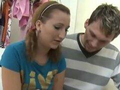 Sveta y su amante traen a un viejo amigo que ama a las mujeres más jóvenes en su juego... Sveta y su novio se traen en un amante mayor que ama a las mujeres más jóvenes. Ella obtiene su parte superior levantado y ama petite mujeres jóvenes para hacer el a