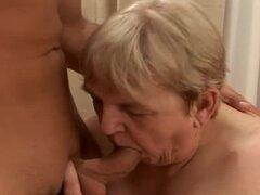 Asquerosa abuela gorda follada por chico joven