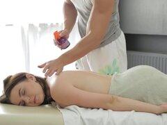 Hermosa Sheila es disfruta de un sexy masaje con sexo. ¡Esto es sin duda una de las más grandes películas masaje sexual siempre! Compruebe hacia fuera este hottie impresionante con aldabas magníficos que vinieron para una sesión de masaje relajante. Pero