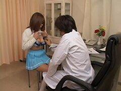 Asiática guarra en minifalda es consultada por su ginecólogo, Kara es una puta asiática que le encanta ir a ver a su ginecólogo dos veces a la semana. En este video médico la chica es muy cachonda y su túnel de amor moja todo después de que ella es examin