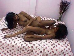 Dos lesbianas de ébano amateur encantan bombeo coño