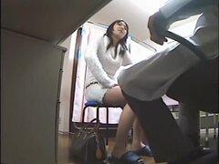 Babe follando sexy doc Kinky en la escondida en vivo de sala de clínica, emocionado con la vista de esta hermosa chica oriental pelo largo el doctor pervertido pronto le llega a las rodillas chupar el miembro y conseguir perforado aproximadamente en la po