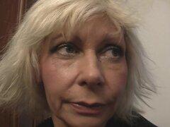 Mujer rubia follando de perrito vieja