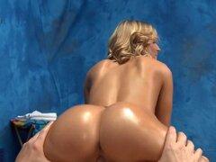 Blondie Peachy obtiene orgasmo. Chica con culo aceitado rebota en gemidos de dick con el orgasmo