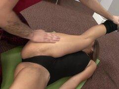 gimnasta adolescente obtiene estirado por su entrenador, real flexible gimnasta adolescente obtiene se extendía y kamasutra follada por su entrenador