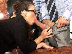 Una secretaria muy servicial lleva gafas mientras que su jefe le - uñas Tiffany Doll