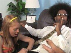 AMI emerson folla al doctor negro con papá en la sala de