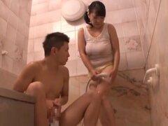 Emiko Ejima mama polla bajo la ducha y obtiene perforado