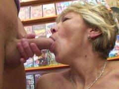Miluska de la abuela follando a un empleado de la tienda de vídeo joven
