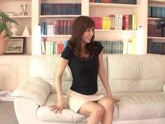 Puta japonesa en una falda apretada se la follan como reloj de fotógrafos - Reiko Sawamura
