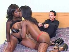 Grandes pechos gran Afro guarras chupando senos y trío Interracial
