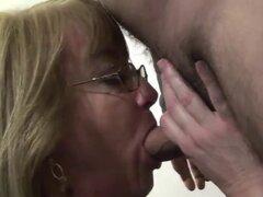 La cachonda abuela Molly chupa un pene rígido. Escoria madura cachonda bajó de rodillas y gozar una polla dura por vía oral