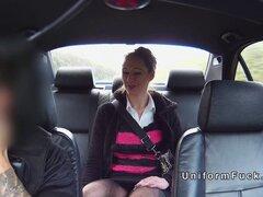 Falso policía golpea tetona en sus bragas. Falso policía recoge sexy babe amateur morena y luego en algún lugar fuera del camino público mete su gran pene al lado de sus bragas y se folla su coño