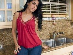 Frisky gitana, gitana es un mitad cubano mitad mama peruana con un futuro brillante delante de ella. Ella está un poco nerviosa al entrar en el negocio, pero ella es resistente y listo para saltar en la boca primero. Todo realmente tomó para que gitano ob